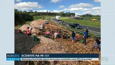 Caminhão tomba e carga de frutas fica espalhada na pista - Foi na PR-151. Dono da carga teria autorizado a retirada das frutas pelos moradores.