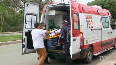 Jovem fica gravemente ferido em acidente em São Luís - Um acidente que ocorreu no início da tarde na Avenida dos Franceses entre um carro e uma moto deixou um jovem gravemente ferido.
