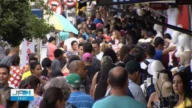 Clientes lotam ruas e lojas da região da Rua 44, em Goiânia - Expectativa é de que 2 milhões de pessoas passem na região nesse fim de ano.