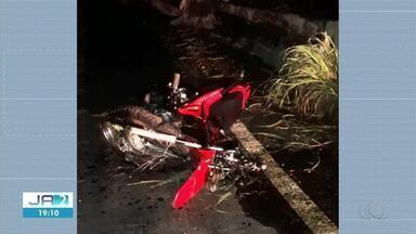 Motociclista morre após bater em mureta e cair de ponte - Motociclista morre após bater em mureta e cair de ponte