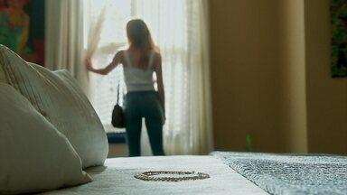 Valentina deixa Luz sozinha em seu quarto com colar de diamantes em cima da cama - A vilã deixa colar de diamantes em cima da cama