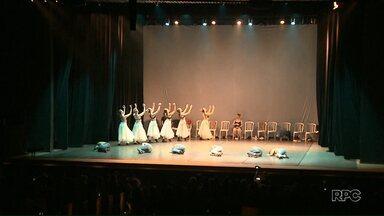 Ballet de Londrina completa 25 anos e quem ganha presente é o público - Bailarinos prepararam um espetáculo que conta um pouco da trajetória do grupo.