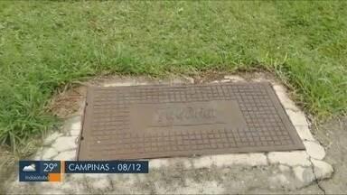 'Até Quando?': Prefeitura de Campinas tapa buraco de calçada no Jardim Garcia - Buraco estava na calçada da Avenida Trânsamazônica.