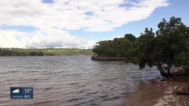 Mergulhador é morto a facadas na beira do lago - A vítima foi rendida com a namorada no fim da tarde de sábado na beira do Lago Paranoá. O assaltante fugiu depois do crime e levou o carro do casal.