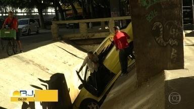 Carro cai no canal do Rio Comprido - Motorista não se machucou.