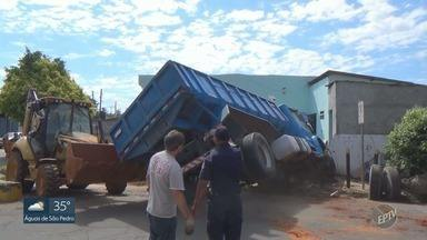 Caminhão atinge muro de casa e tomba em seguida, em Cosmópolis - Motorista não respeitou sinalização e acabou tombando veículo.