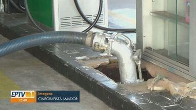 Polícia flagra combustível sendo descarregado em 'buraco' em posto de Piracicaba - O gerente do posto de combustível e o motorista do caminhão-tanque foram levados à delegacia da cidade.