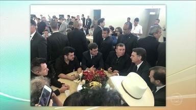 Jair Bolsonaro almoça com cantores sertanejos que apoiaram a campanha dele - Pela manhã o presidente eleito se encontrou com comandantes da Polícia Militar.