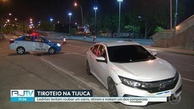 Câmeras flagram tentativa de assalto desastrada na Tijuca - Bandidos metralharam carro e acabaram matando um dos ladrões. Vítima também foi atingida, mas passa bem.