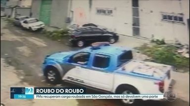 PMs são presos por ficar com carga roubada em São Gonçalo - Um dos policiais, ao saber que seria preso, cometeu suicídio.