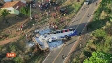 Cinco pessoas morrem em acidente entre ônibus e caminhão em Campos Sales (CE) - O ônibus fazia o transporte de romeiros da cidade de Canindé para Campos Sales, quando aconteceu a colisão. Além das cinco mortes, outras 25 pessoas ficaram feridas.