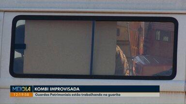 Após reportagem, guardas que trabalhavam em kombi são transferidos para guarita - Obras da guarita não foram finalizadas. Assunto foi destaque no Meio Dia Paraná desta semana.