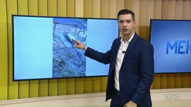 Prefeitura conserta bueiro que morador reclamou, no Boa Vista - Nesse local, alguns carros caíram no buraco e, por isso, moradores colocaram pedaços de madeira para sinalizar.