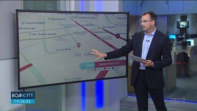 Trânsito bloqueado na região central para apresentação de natal - No alto da XV um trem causa transtorno no trânsito.