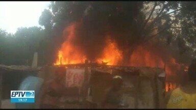 Fogo destrói 14 barracos na comunidade do Brejo, em Ribeirão Preto, SP - O incêndio deixou várias famílias desalojadas e as causas são desconhecidas.