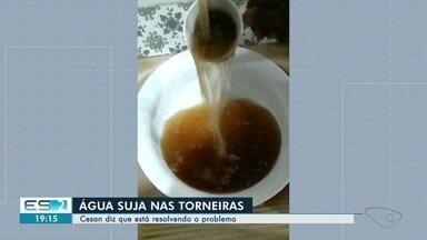 Moradores reclamam de água escura nas torneiras de bairros em Vila Velha, no ES - Água tem mau cheiro, dizem moradores. Cesan diz que água foi contaminada por um tipo de ferro solúvel que se desprendeu de tubulações.