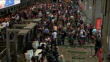 Chuvas causam transtornos no maior aeroporto do Brasil - Saguão ficou lotado durante toda a sexta por causa das chuvas do dia anterior. Aeronáutica prevê regularização até domingo.