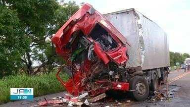 Caminhoneiro morre em engavetamento na BR-153 - Caminhoneiro morre em engavetamento na BR-153