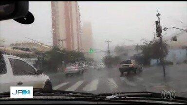 Telespectadores registram chuva de granizo em bairros de Goiânia - Defesa Civil alerta para os riscos de chuvas intensas com raio e vento forte para os próximos três dias.