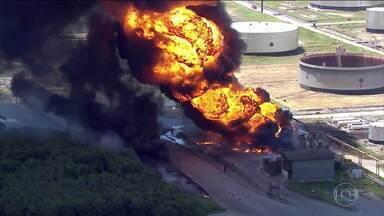 Caminhão-tanque pega fogo e incêndio se alastra na refinaria de Manguinhos, no Rio - Incêndio no caminhão-tanque que estava descarregando combustível se alastrou e atingiu outras oito carretas. A refinaria abriu uma sindicância para apurar o que aconteceu.