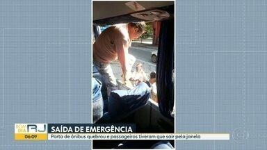 Ônibus quebra, e passageiros têm que desembarcar pela janela - Passageiros reclamam das más condições de conservação da frota da linha que liga Duque de Caxias ao Centro.