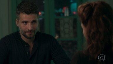 Gabriel pede a Milu ajuda para entrar no casarão de Egídio - Rapaz visita Milu