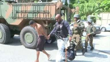 Polícia e Forças Armadas fazem operação contra maior milícia do Rio - A polícia do Rio e as Forças Armadas estão fazendo uma operação contra a maior milícia do estado. Cerca de 22 suspeitos foram presos.