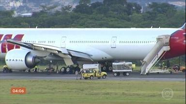 Avião da Latam faz pouso de emergência e interdita pista do aeroporto de Confins - O pouso forçado no Aeroporto de Confins, em Belo Horizonte, provocou o cancelamento de mais de 140 voos e vários atrasos.