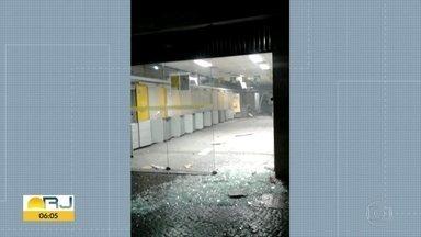 Bandidos explodem caixa eletrônico em Caxias - Crime foi na Av. Governador de Moura Brizola, no Centro.