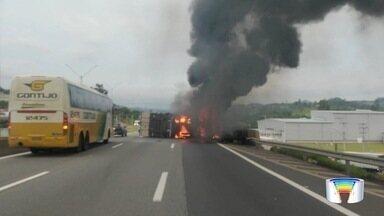 Carreta pega fogo após tombar no trecho de Atibaia da Fernão Dias - Bombeiros foram acionados para apagar fogo no veículo. Ninguém ficou ferido.