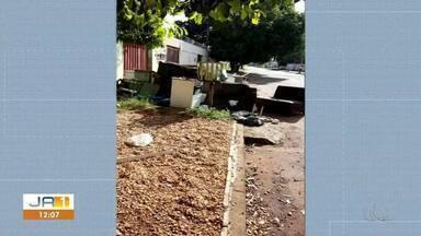 Morador se muda e deixa móveis velhos em calçada; veja vídeo - Morador se muda e deixa móveis velhos em calçada; veja vídeo