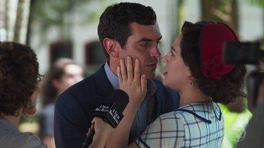 Mariane assume o romance com Marcelo diante dos repórteres - A atriz aproveita para dizer que deseja sorte para Cris em seu primeiro filme como protagonista. Isabel observa Mariane e Marcelo com raiva.