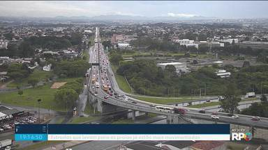 Movimento da BR-277 já é duas vezes maior que o normal - A previsão é que até o Natal, 140 mil veículos passem pela rodovia. Veja também o movimento da BR-376, que leva até o litoral do estado e também de Santa Catarina.