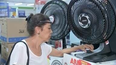 Altas temperaturas aquecem vendas de ar condicionado e ventiladores - O calor vem batendo recordes no Centro-Oeste Paulista e os consumidores estão fazendo de tudo para se refrescar. Com isso, as vendas de ar condicionado e ventilador estão animando os lojistas.