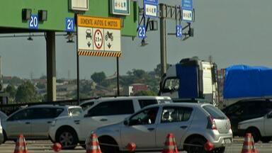 Temperatura em alta aumenta o movimento na Rodovia Mogi-Bertioga rumo ao litoral - Descida para o Natal também contribui para o aumento de veículos nas estradas.