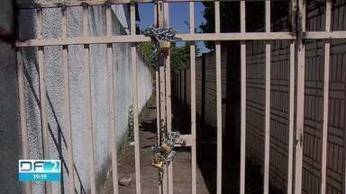 Passagem pública no Lago Sul é fechada para pedestres - Não se sabe quem colocou os dois portões e cadeados. A Administração do Lago Sul informou que vai liberar a passagem o quanto antes.
