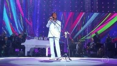 """Roberto Carlos canta """"Como Dois e Dois"""" - Clima de romance invade o especial do rei"""