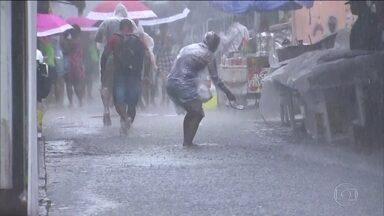 Chuva deixa o Rio de Janeiro em estágio de atenção - O temporal alagou vários bairros e parou o trânsito na Avenida Brasil. O Cais do Valongo ficou debaixo d'água.