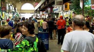 Brasileiros dedicam a segunda-feira (24) para preparar a ceia de natal - Mercados e shoppings de todo o país ficaram lotados.