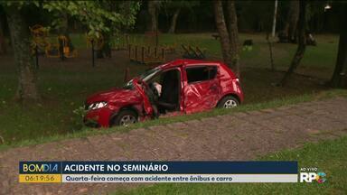 Ônibus e carro batem no Seminário - Acidente foi hoje (26) cedo na Avenida Silva Jardim.