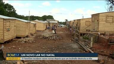 Famílias que perderam as casas em incêndio recebem um novo lar - Um mutirão deixou as casas prontas na Vila Corbélia, na CIC.