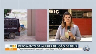 Mulher de João de Deus deve prestar depoimento à Polícia Civil de Goiás nesta quarta - Ana Keyla Teixeira vai ser ouvida em inquérito sobre abusos sexuais.