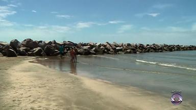Sol e calor atraem veranistas para praia do Cassino, no Litoral Sul do RS - Assista ao vídeo.