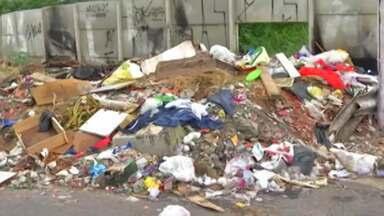 Moradores reclamam de depósito de lixo e entulho em calçada e rua de Arujá - Outro problema é que desde o começo da semana eles estão sem coleta de lixo.