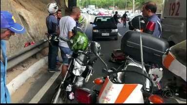 Motociclista fica gravemente ferido num acidente em João Pessoa - O acidente aconteceu na Avenida Pedro Segundo.
