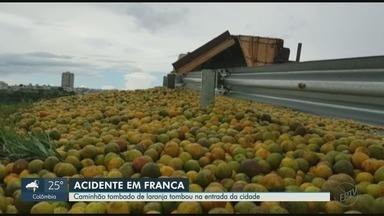 Caminhão carregado de laranja tomba na entrada de Franca, SP - Acidente aconteceu na alça de acesso à Rodovia Ronan Rocha com a Cândido Portinari.
