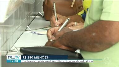 Lotéricas da região ficam movimentadas com apostadores da Mega da Virada - Prêmio é de R$ 280 milhões.