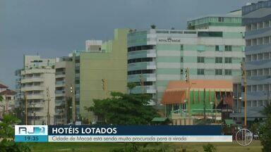 Cidade de Macaé registra lotação em hotéis para a virada do ano - Assista a seguir.
