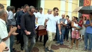Corpo do ex-deputado Gerson Camata é enterrado em Vitória - Ele foi assassinado nesta quarta-feira (26), aos 67 anos, por um ex-funcionário - que confessou o crime e está preso.