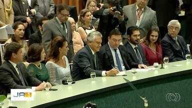 Ronaldo Caiado assina termo de posse como governador de Goiás - Solenidade aconteceu na Assembleia Legislativa.